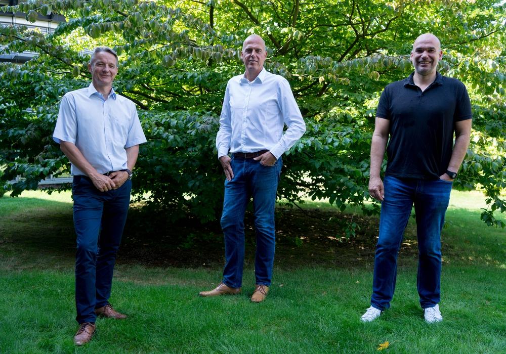Ab sofort gemeinsam für die Region: MTV-Geschäftsführer Jörg Diekmann (links) und MTV-Trainer Volker Mudrow (rechts) mit Michael Schnake, Vertriebspartner der Öffentlichen in Querum