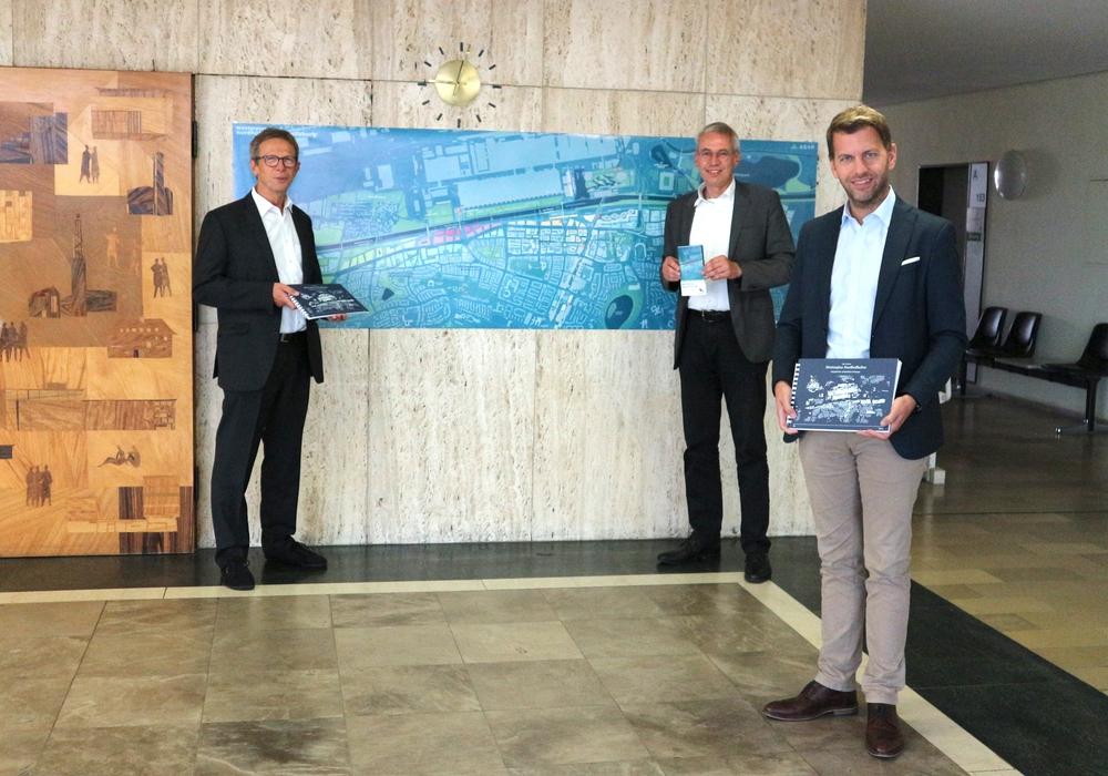 Oberbürgermeister Klaus Mohrs, Stadtbaurat Kai-Uwe Hirschheide und Erster Stadtrat Dennis Weilmann präsentieren den Masterplan Nordhoffachse (v. li.).