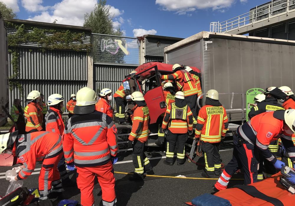 Der Fahrer musste aus der Kabine von der Feuerwehr befreit werden.