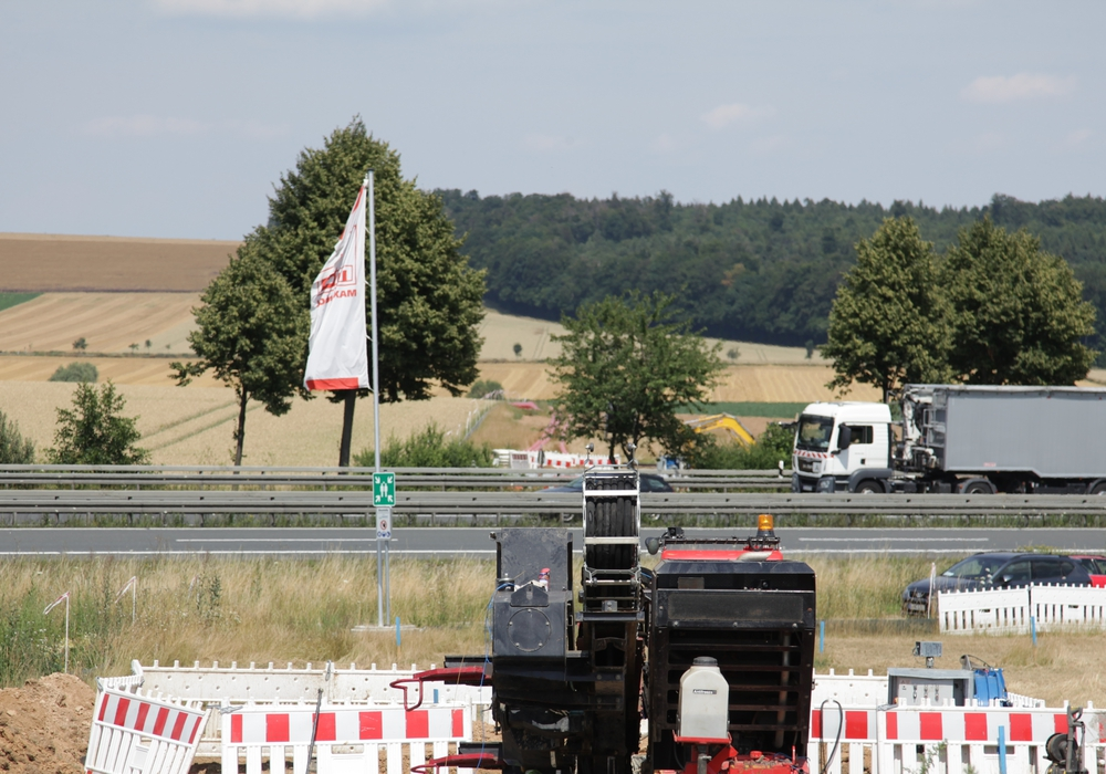 152 Meter unter der Autobahn hindurch: Der Verkehr auf der A39 läuft problemlos weiter.