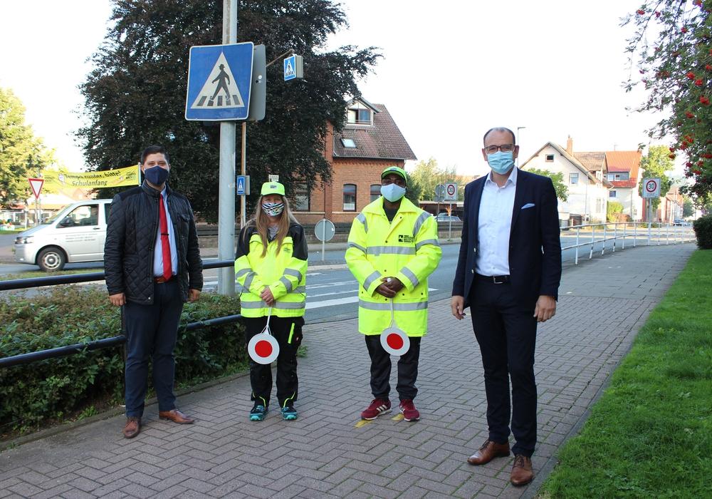Bürgermeister Erik Homann (r.) und der Vorsitzende der Verkehrswacht Seesen, Patrick Kriener (l.), begrüßten den neuen Kollegen von Schülerlotsin Roxane Wolf, Oibie Nestor Aka.