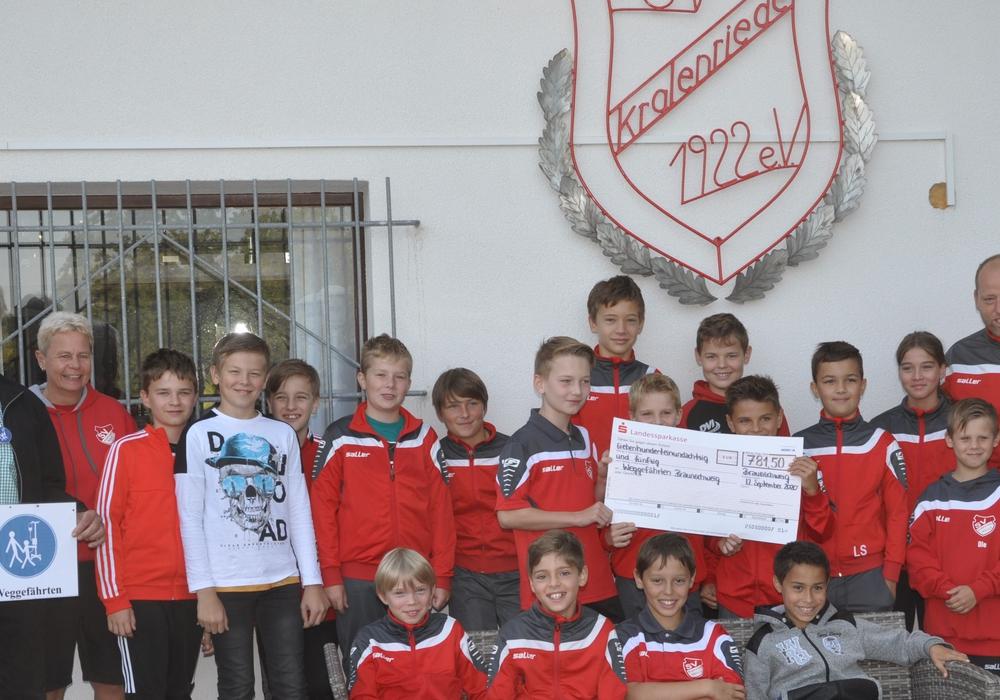 """Die Fußballer des SV Kralenriede konnten eine Spende an den Verein """"Weggefährten"""" überreichen."""