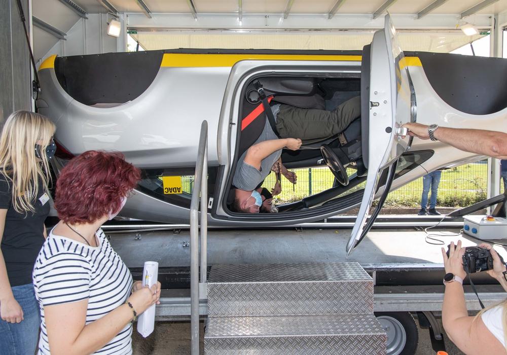 Die Schüler konnten beim Verkehrssicherheitstag den Überschlagssimulator ausprobieren.