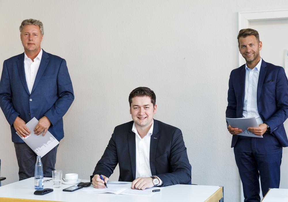 Unterschrieben heute die Kooperationsvereinbarung im Braunschweiger Rathaus (v. l.): Stadtrat Jan Erik Bohling, Stadtrat Dr. Thorsten Kornblum und Erster Stadtrat Dennis Weilmann.