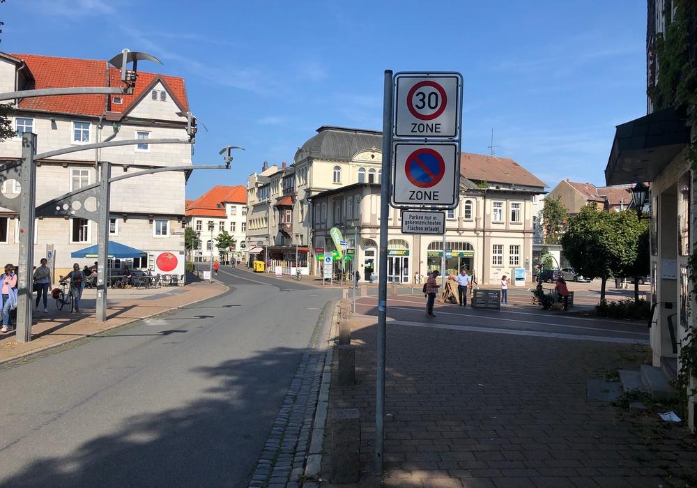 """Am Harztorplatz gilt ein Parkverbot. Ein entsprechendes Schild weist in Höhe des ehemaligen """"Kronprinzen"""" darauf hin."""