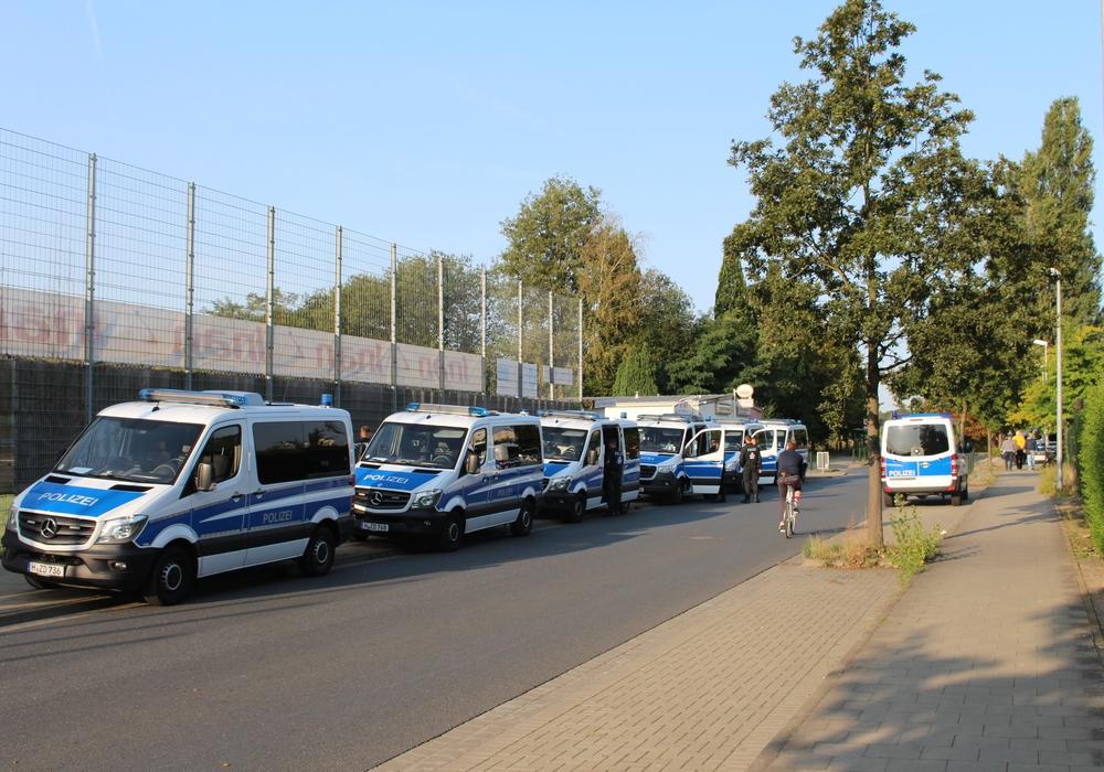Die Polizei war mit einem Großaufgebot vor Ort. (Symbolbild/Archiv)