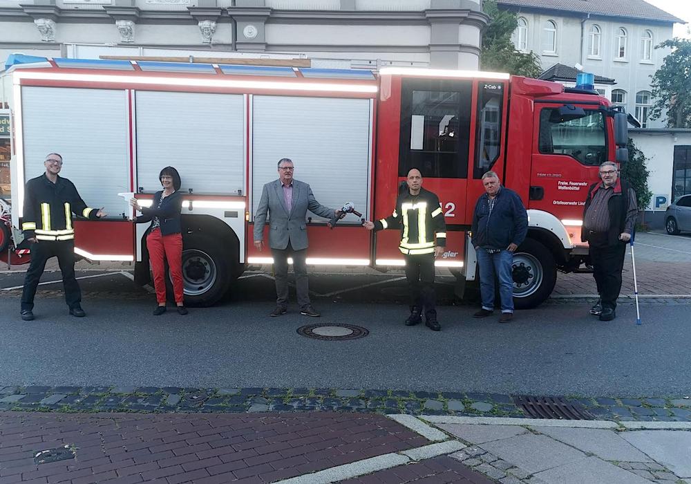 Übergabe der Gerätschaften: Matthias Große (Stellvertretender Ortsbrandmeister), Katrin Koch (Stellvertretende Ortsbürgermeisterin (CDU)), Kersten Meinberg (Ortsbürgermeister (SPD)), Marco Dickhut (Ortsbrandmeister), Bernfried Keye (Ortsratsmitglied (SPD)), Eckbert Schulze (Ortsratsmitglied (CDU)) (v. li.).