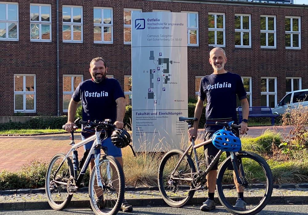 Andreas Eggeling und Sven Strube mit ihren Rädern am Campus Salzgitter der Ostfalia. Andreas Eggeling wird bei der regionalen Radtour dabei sein. Sven Strube fährt die Etappe zur Staffelstabübergabe von Salzgitter nach Wildau.