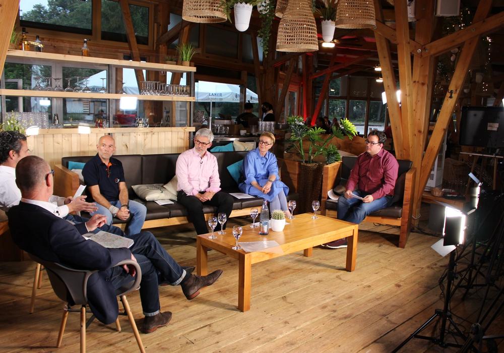 Geschäftsmann Harald Borm, Pierre Balder (FDP), Thilo Neumann (ADFC) und Stefan Brix und Ulrike Krause (Grüne) diskutierten am Donnerstagabend über das Pro und Contra einer Fahrradzone. Moderiert wurde der Dialog, der live über das Internet ausgestrahlt wurde, von Werner Heise.