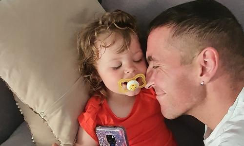 Jens Prügner mit seiner Tochter. Der 40-Jährige ist an Speiseröhrenkrebs erkrankt. Eine Operation in München soll im nun noch etwas Zeit mit seiner Familie verschaffen.