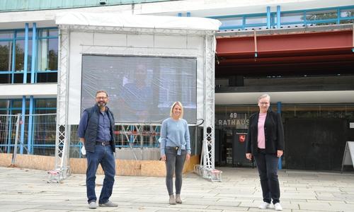 Stellen die Video-Aktion zur Interkulturellen Woche 2020 vor. Von links: Christoph Block (Jugendförderung), Judith Wurm (Leiterin Integrationsreferat) und Iris Bothe (Dezernentin für Jugend, Bildung und Integration)