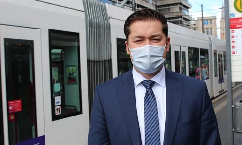 Dr. Thorsten Kornblum, Ordnungsdezernent der Stadt Braunschweig, erklärte, dass die Stadt ihre Impfrate schrittweise steigern will. Aktuell seien bereits sieben der acht Impfstraßen im Impfzentrum in Betrieb.