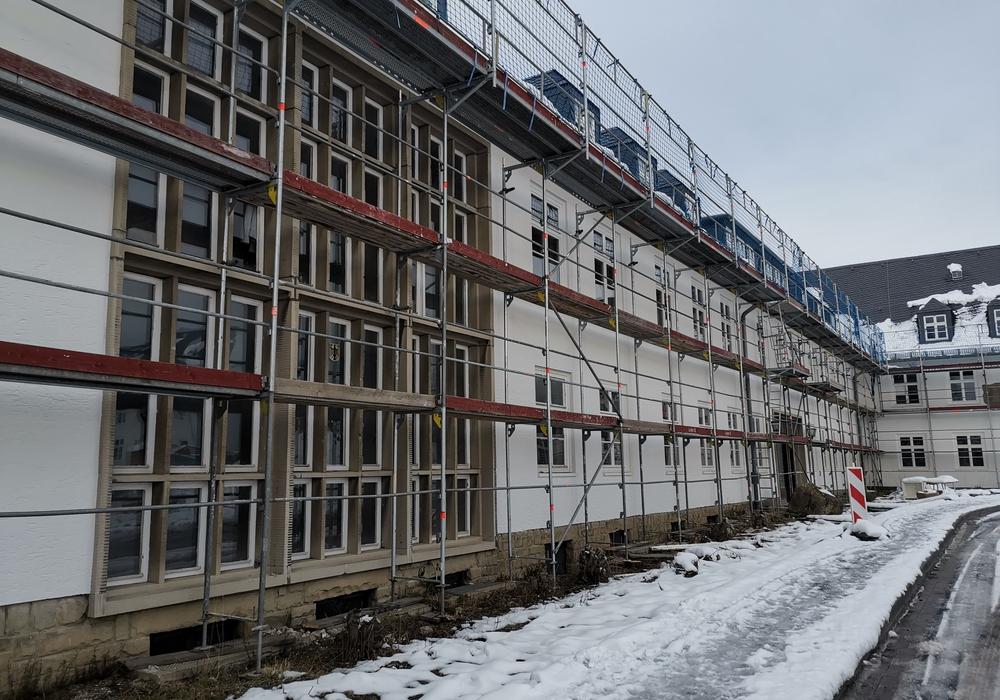 Viele Fliegerhorst-Gebäude haben eine düstere Vergangenheit. Auf dem Gelände musste auch Zwangsarbeit von ausländischen Gefangenen der Nationalsozialisten verrichtet werden.
