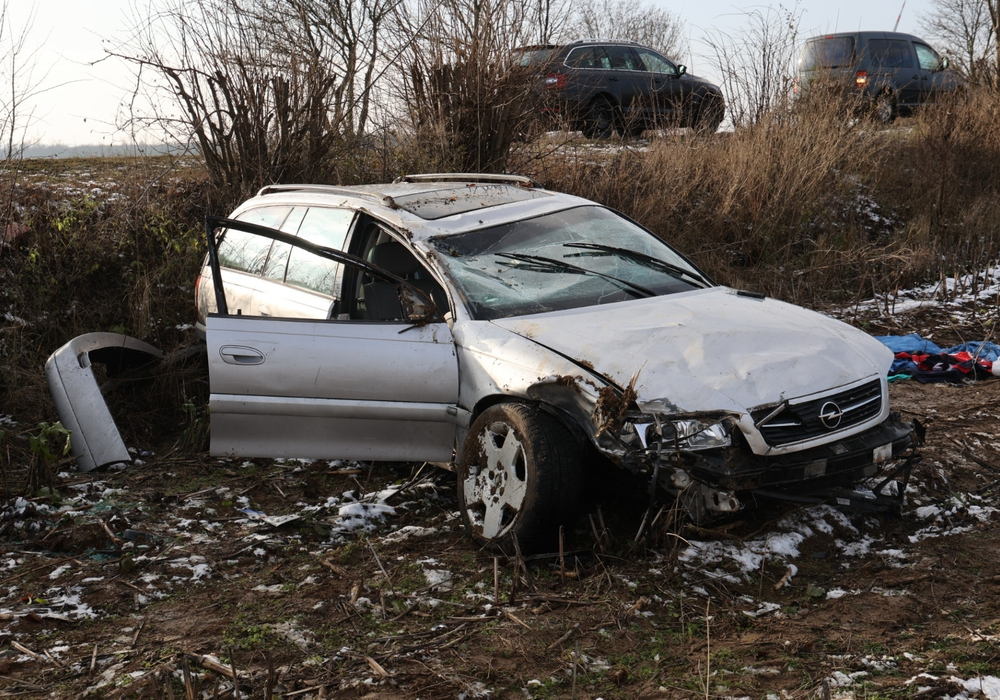 Der Fahrer des Opel verstarb noch an der Unfallstelle. Die genauen Umstände des Unfalls sind noch unklar.