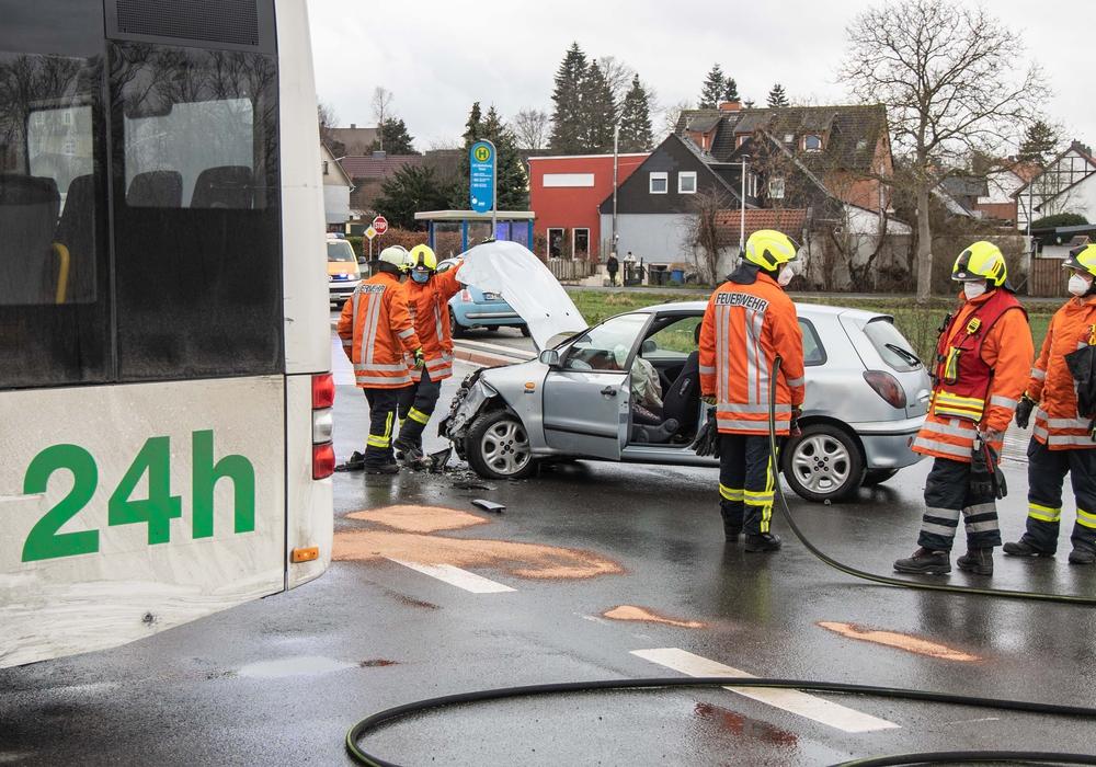 Der silberne Kleinwagen wurde bei dem Unfall stark beschädigt.
