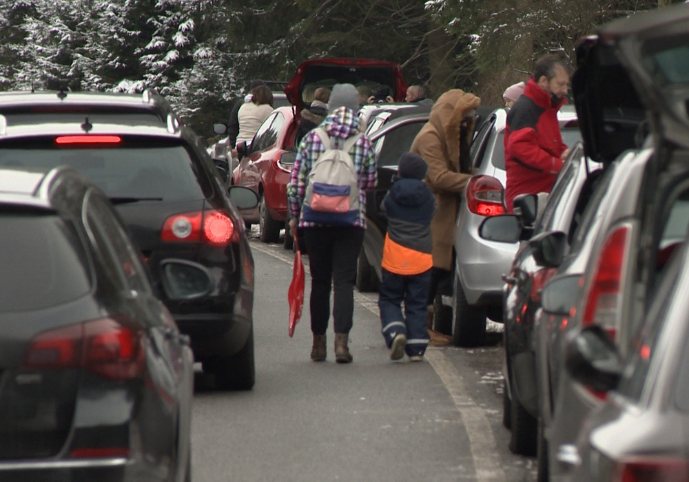 Die Tagestouristen parken teilweise an den Straßen. Die Parkplätze sind überfüllt.