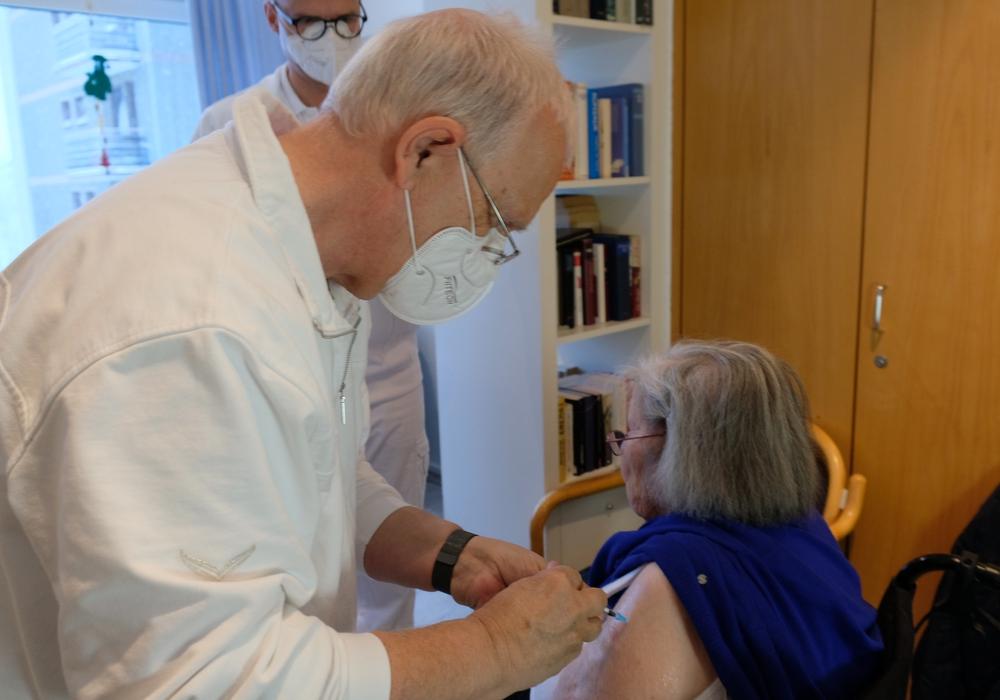 Dr. Klaus Lange-Breyhter, Medizinischer Leister des Impfzentrums des Landkreis Goslar, bei der Impfung der 93-jährigen Heimbewohnerin Frau Günther.