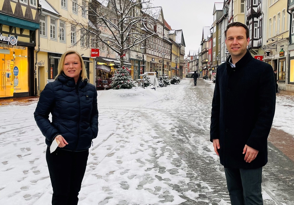 Die Landtagsabgeordnete Dunja Kreiser und der SPD-Bürgermeisterkandidat Dennis Berger in der Wolfenbütteler Fußgängerzone.