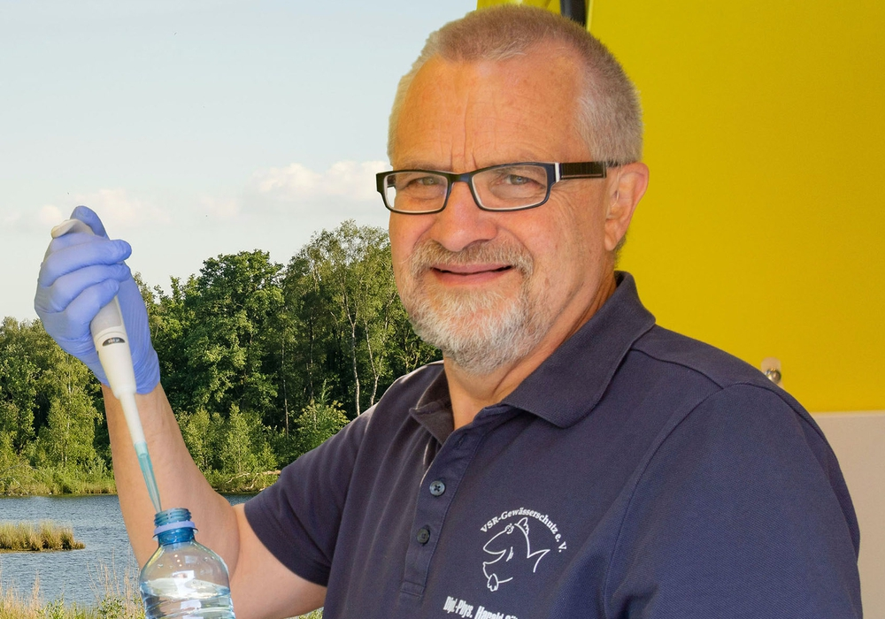 Dipl.-Phys. Harald Gülzow analysiert eine Wasserprobe.