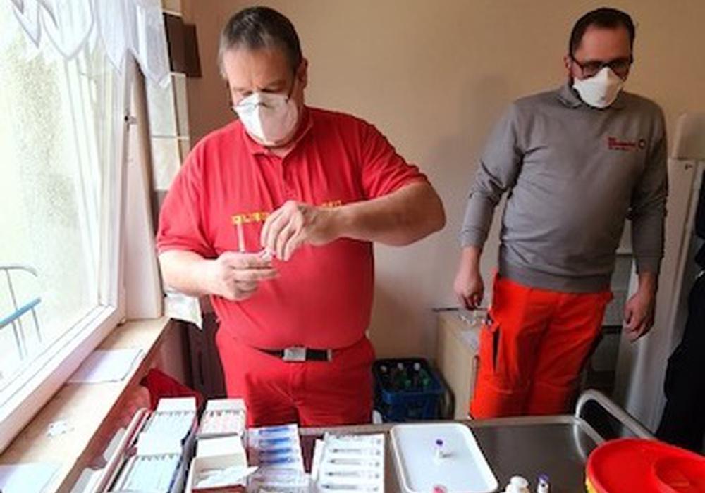 Vorbereitung der Impfung durch Ralf Maly (DLRG) und Dennis Tiemann (JUH).