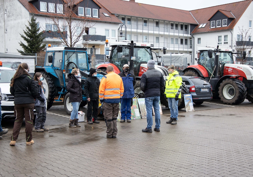 Die Bauern hatten sich auf dem Aldiparkplatz versammelt.
