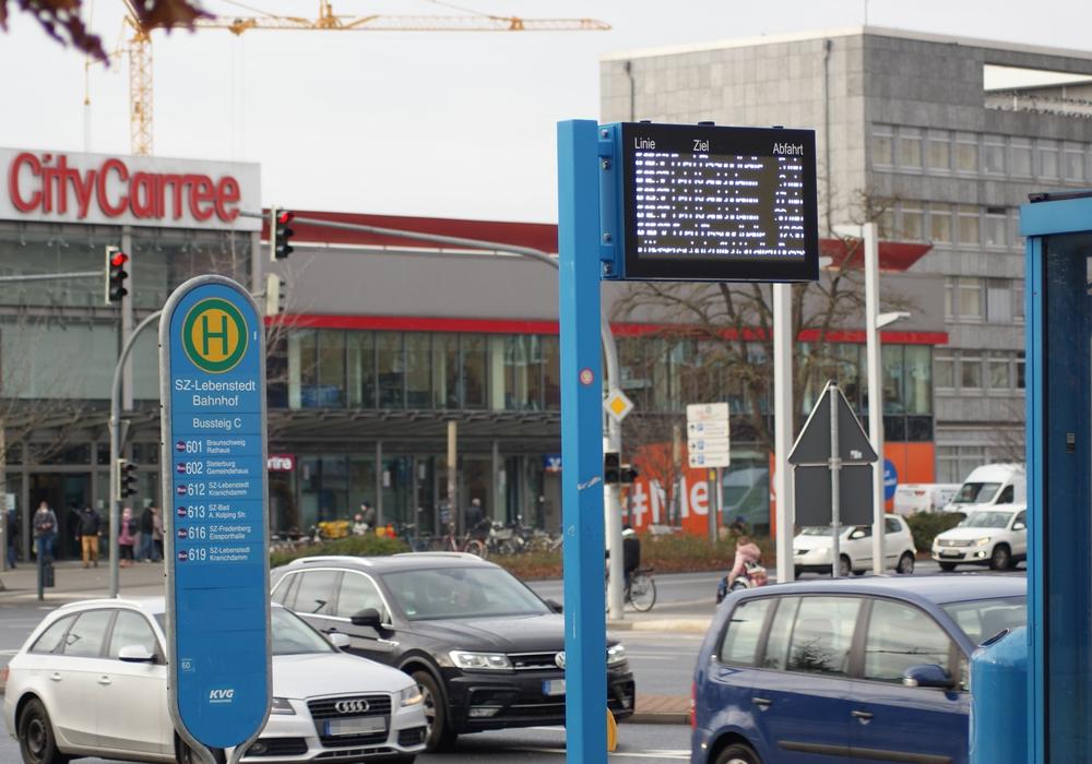 Am Bahnhof in Lebenstedt ist die Bushaltestelle bereits mit einer DFI-Anzeige ausgestattet. Auch dieses neue System stammt aus der Feder des Regionalverbandes Großraum Braunschweig.