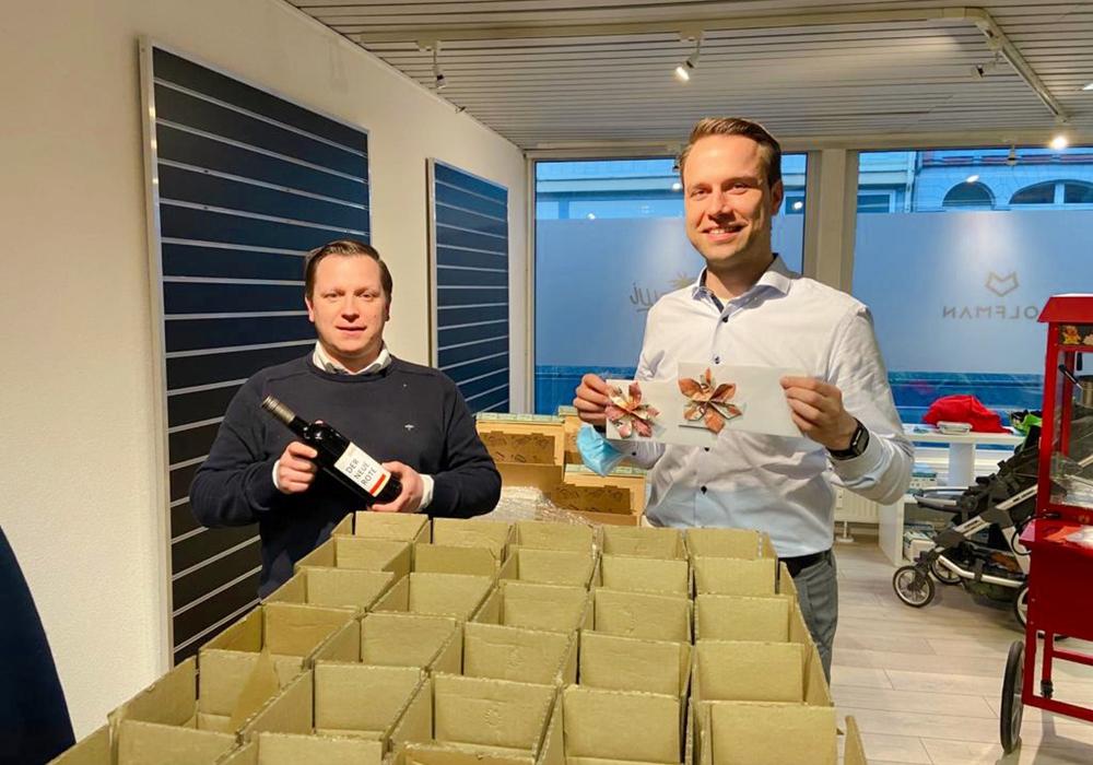 Andre Volke (li.) und Dennis Berger packen die Päckchen für die Schausteller.