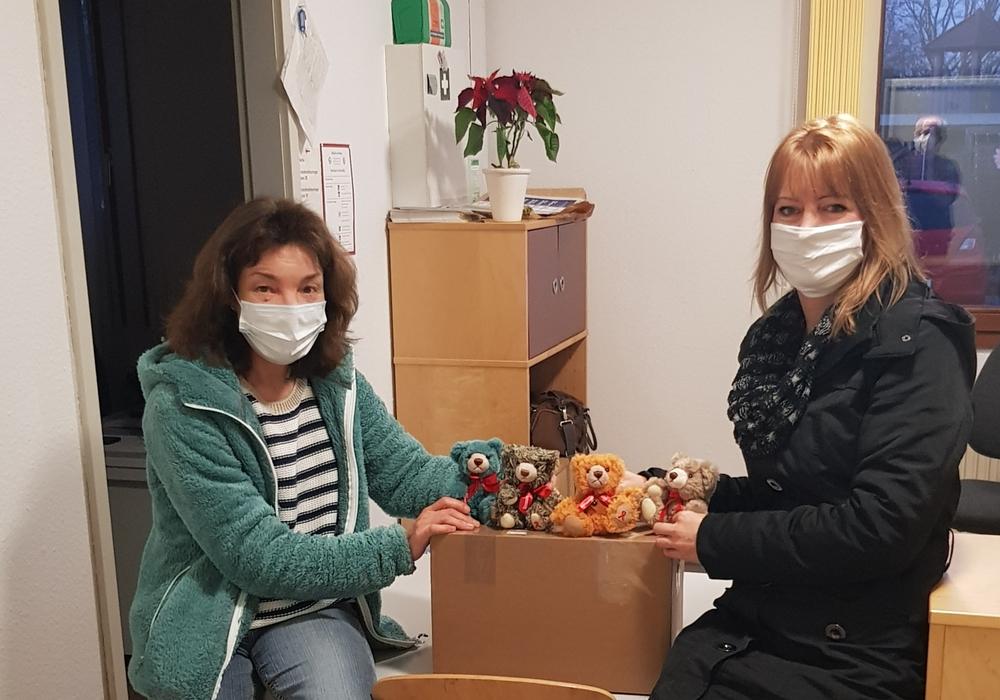 Ute Torney, Sozialarbeit Asylheim Fallersleben, nimmt die Teddys von Angela Bliese, Aids-Hilfe Wolfsburg e. V. entgegen.)