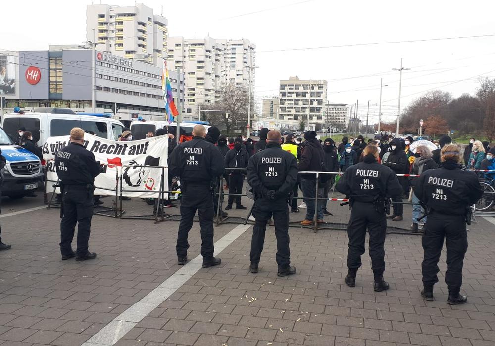 Am Bahnhof demonstrieren die Partei DIE RECHTE und das Bündnis gegen Rechts