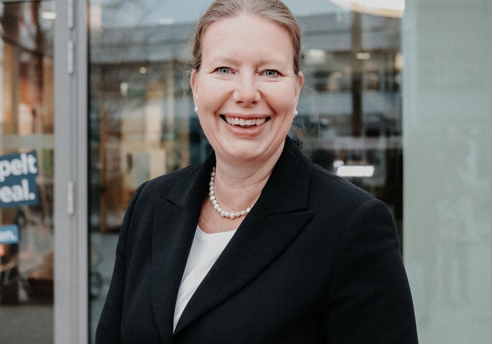 BraWo-Vorstandsmitglied Mark Uhde (r.) stellte die neue Leiterin der Direktion Salzgitter, Nicole Mölling (m.), vor. Sie übernahm den symbolischen Staffelstab von Stefan Honrath (l.), der die Direktion kommissarisch geleitet hatte.