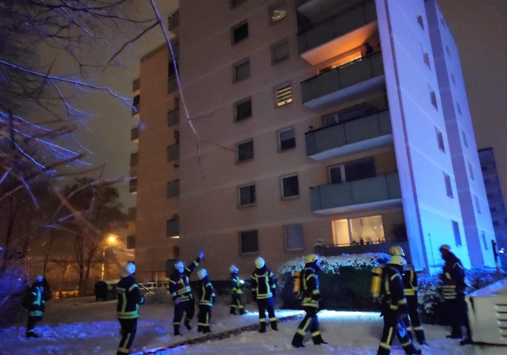 Erleichterung bei den Einsatzkräften - Der Feuerschein im vierten Obergeschoss lässt sich einfach ein- und ausschalten. Es handelte sich um eine Lampe.