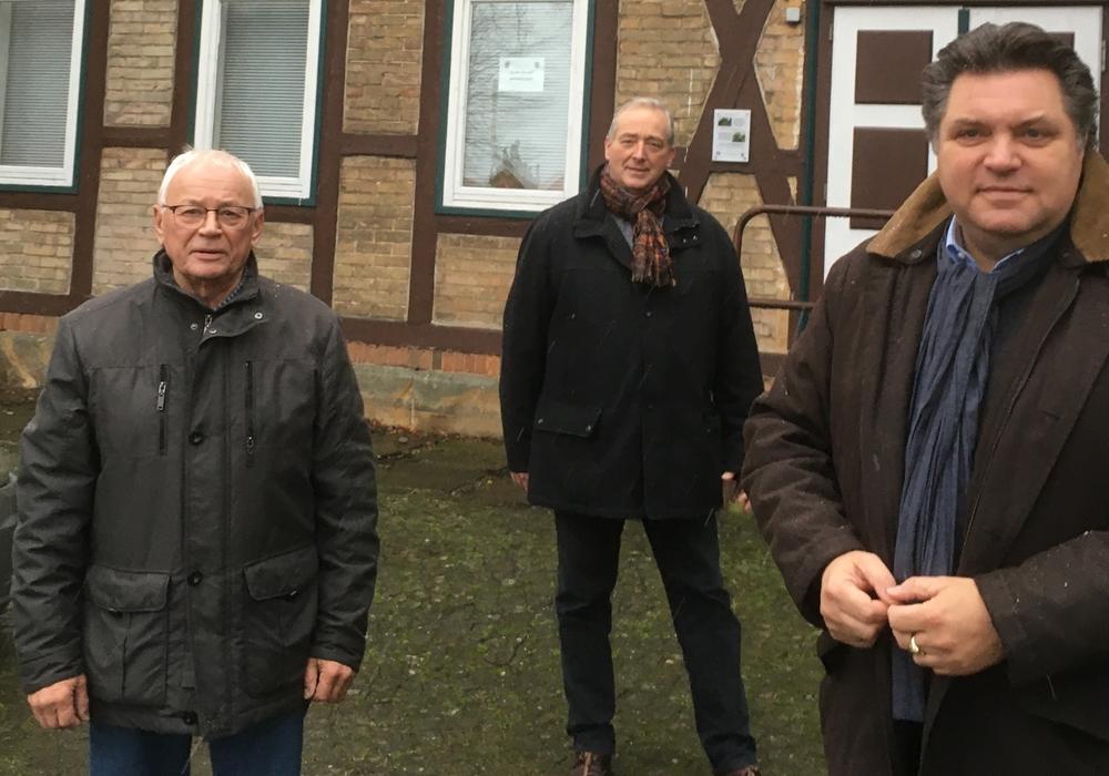 Horst Michler, Frank Oesterhelweg und Uwe Schäfer vor dem Werlaburgdorfer Schulgebäude. Die Bilder sind vor der Verschärfung der Coronaregeln entstanden.
