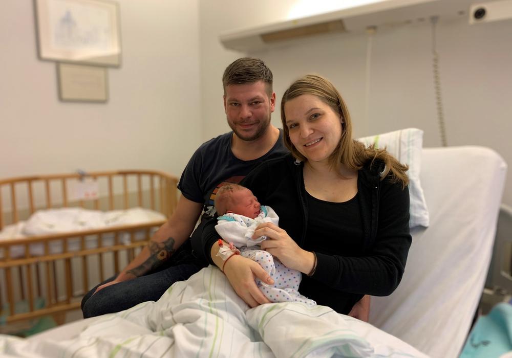 Die glücklichen Eltern Stefanie und Sebastian mit ihrem Sohn Frederik