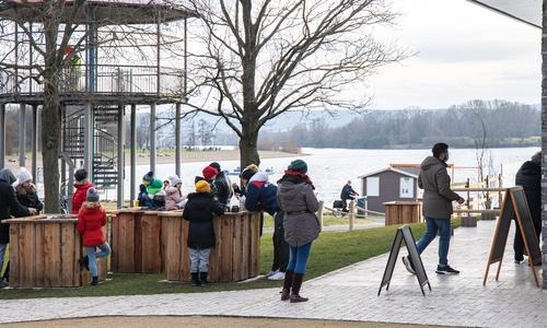 Am Salzgitter See sorgt Detlef Meineke für ein bisschen Unterhaltung. Die Spaziergänger verweilen gern unter dem DLRG-Turm.
