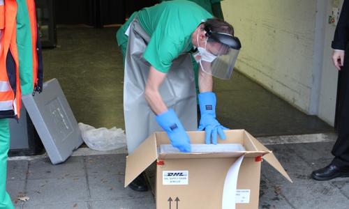 Die DHL liefert den Impfstoff in diesen Paketen an. Diese mit Trockeneis gefüllt, damit der Impfstoff auf minus 70 Grad Celsius gekühlt bleibt.