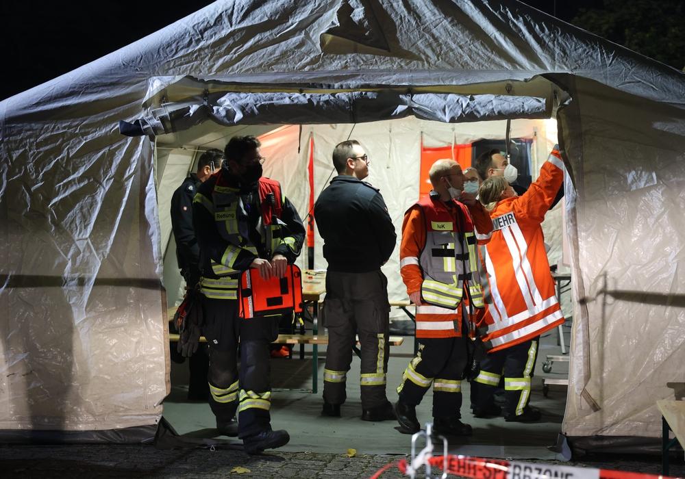 Die Einsatzkräfte koordinieren sich in einem Zelt am Salzgittersee.