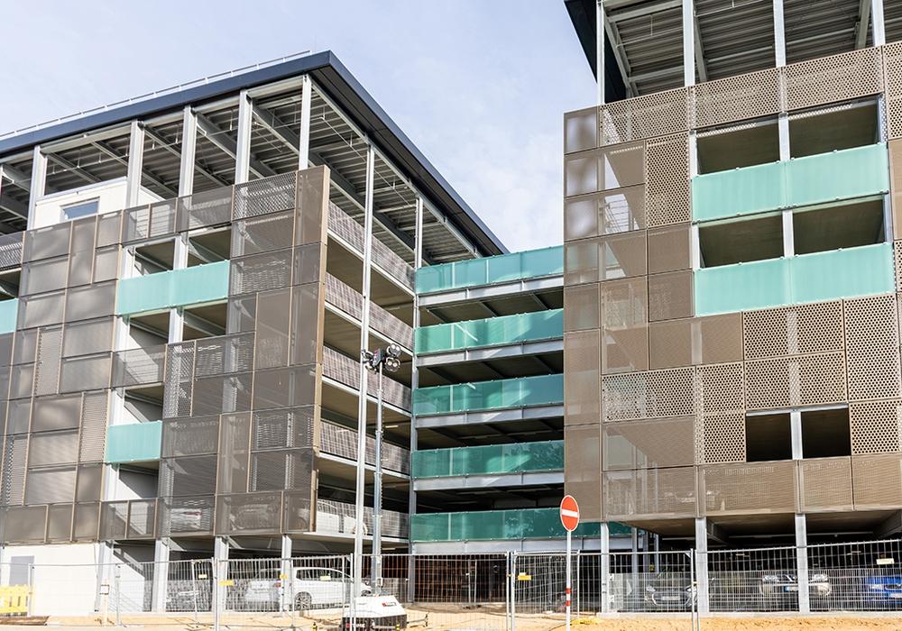 Am 1. Oktober wurde das neue Parkhaus an der Straße Fichtengrund zur Ein- und Ausfahrt geöffnet.