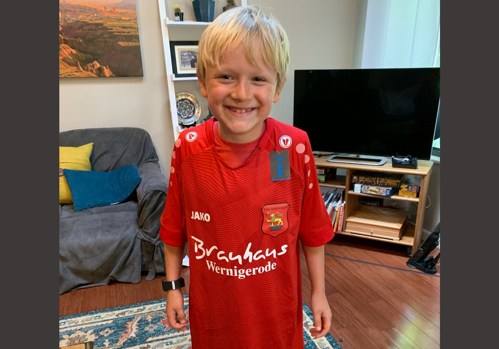 Der kleine Andreas Sommermeyer ist der neueste Fan des FSV Schöningen. Und wohl der erste aus den USA.