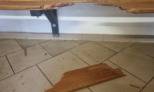 In der Gästekabine wurde danach diese Bank beschädigt. Das Holz wurde einfach herausgetreten.
