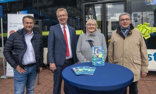von links: Wolfenbüttel Stadtbaurat und zukünftiger Bürgermeister Ivica Lukanic, KVG-Geschäftsführer Axel Gierga, Regionalverbands Busplanerin Susanne Koch und Wolfenbüttel Bürgermeister Thomas Pink.