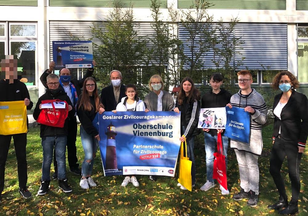 Schulleiterin Ulrike Eilers, Prof. Michael Jischa, Günter Koschig und Babette Rost mit den GewinnerInnen des GZK-Zivilcouragequizes.