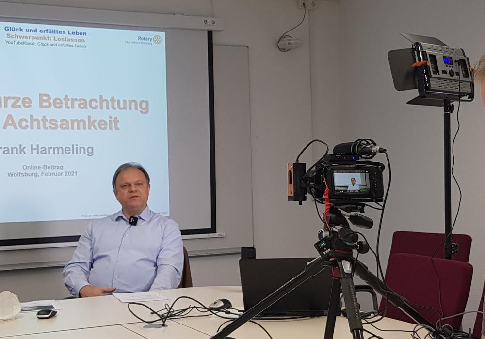 Frank Harmeling, Lehrbeauftragter an der Ostfalia (links), bei der Aufnahme der aktuellen Videofolge des Formats Glück und erfülltes Leben mit dem Videotechniker Tim Hondke, klangtapete e.V. (rechts).