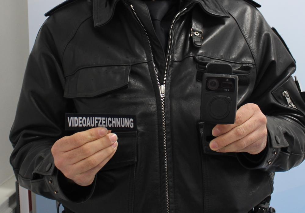 Die Bodycam werde von den Beamten immer offen getragen. Zusätzlich tragen diese einen besonderen Aufnäher (links im Bild). (Archivbild)