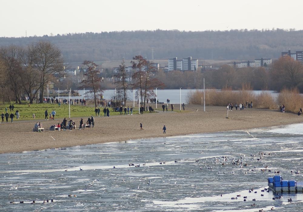 Zahlreiche Menschen nutzen das schöne Wetter und kamen für einen kleinen Ausflug an den Salzgittersee,