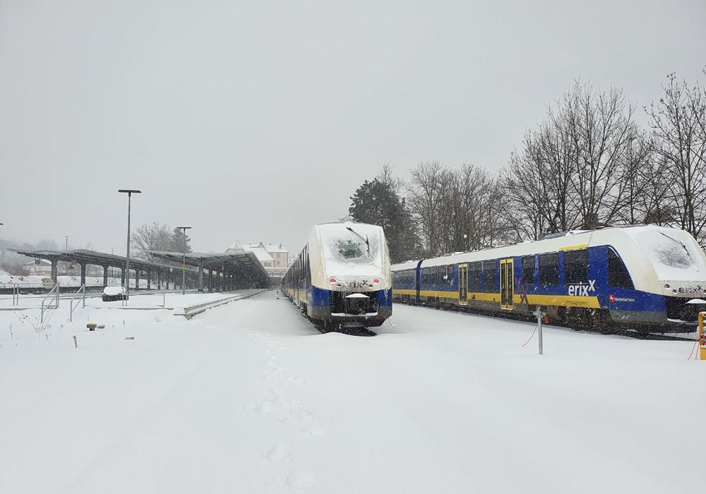 Auf der Schiene geht nichts mehr. Gegen Mittag wollen die Eisenbahngesellschaften die Lage neu bewerten.