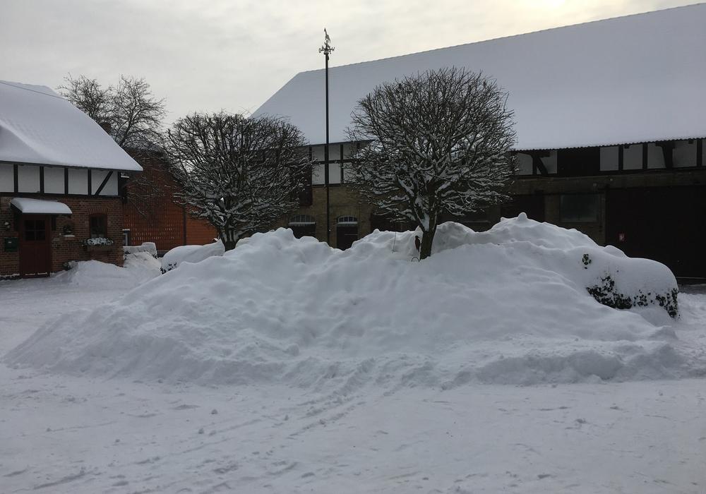 Überall, wie beispielsweise hier auf dem Hof der Familie Oesterhelweg, türmen sich aktuell beachtliche Schneemassen.
