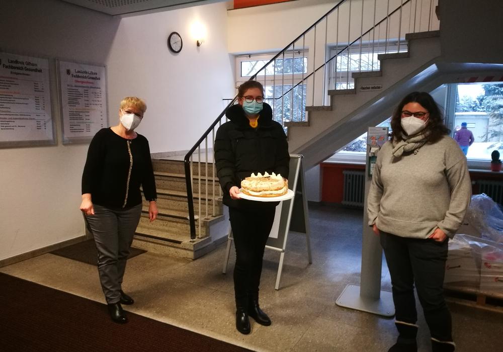 Anna Kyszkiewicz (Mitte) brachte Torten vom Landcafé Neubokel in das Gesundheitsamt Gifhorn. Ines Weber (l.) und Nadja Treiber nahmen diese dankend entgegen.
