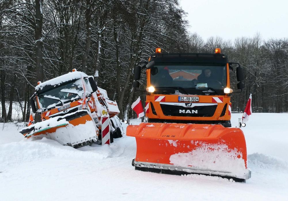Auch Schneeräumfahrzeuge haben sich festgefahren. Die Stadt setzt jetzt große Radlader ein.