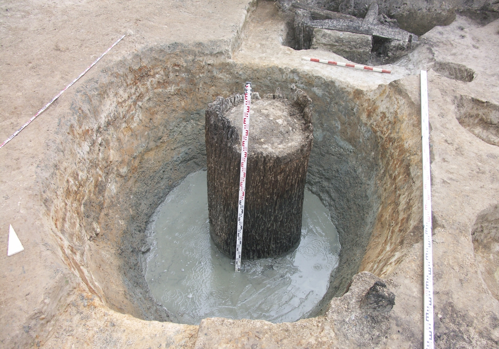 Soweit konnte der erste Brunnen von Hand ausgegraben werden. Dabei wurde die alte trichterförmige Setzgrube des Brunnens von Hand ausgehöhlt.