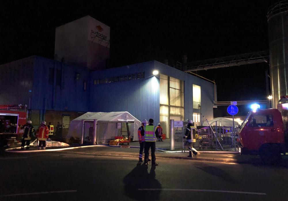 In einem Zelt wurden die eingesetzten Kräfte der Feuerwehr dekontaminiert.